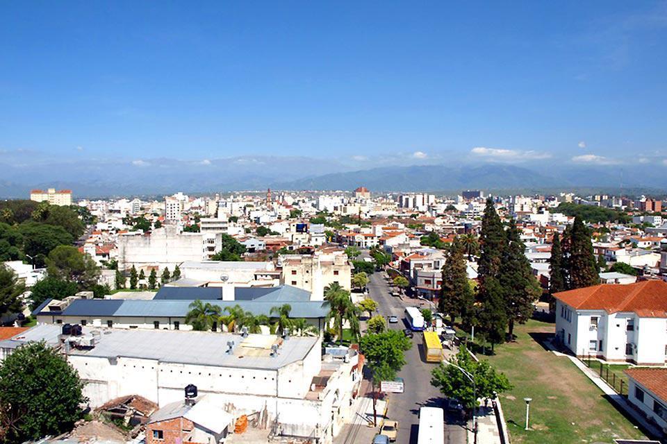 Ubicada a 1.200m de altura, Salta es la ciudad más grande del noroeste argentino.