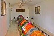 Longue de 8 mètres, recouverte de tapis, ce lieu est sacré pour les habitants qui viennent y prier.