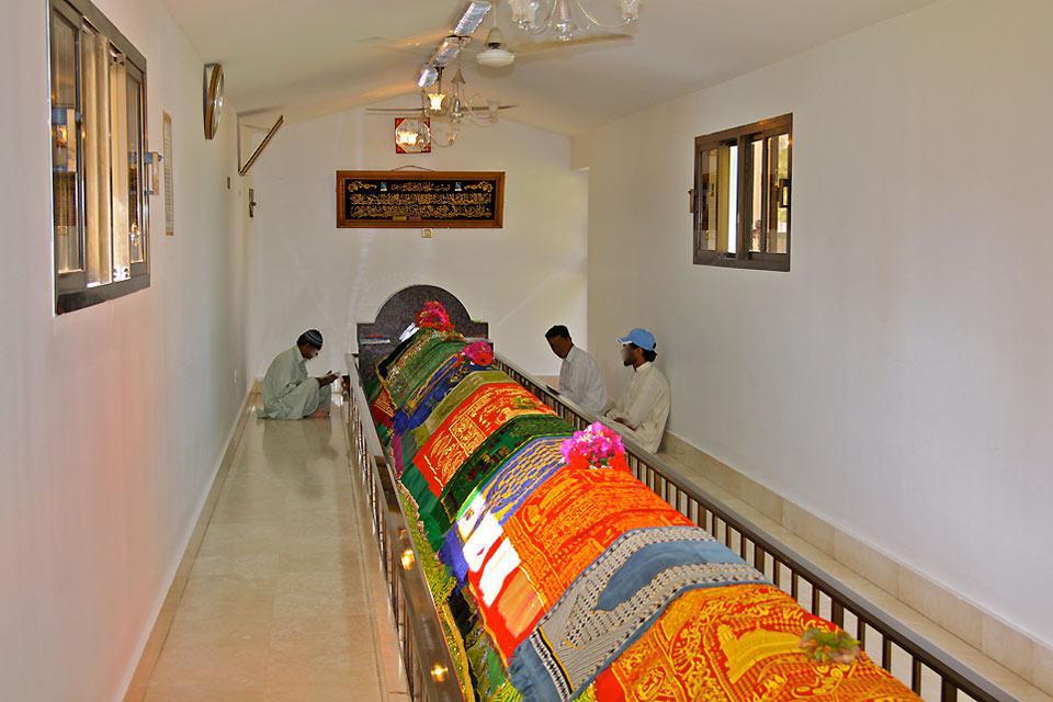 Dieser 8 Meter lange, mit Teppichen ausgelegte Ort gilt für die Besucher, die sich zum Beten hierher begeben, als heilige Stätte.