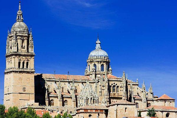 Se alzan dos catedrales una junta a la otra: La «vieja» data del siglo XII y la «nueva» se construyó en el siglo XVI.