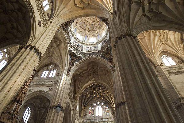 El gótico y el barroco son los estilos principales de este edificio consagrado en 1733.