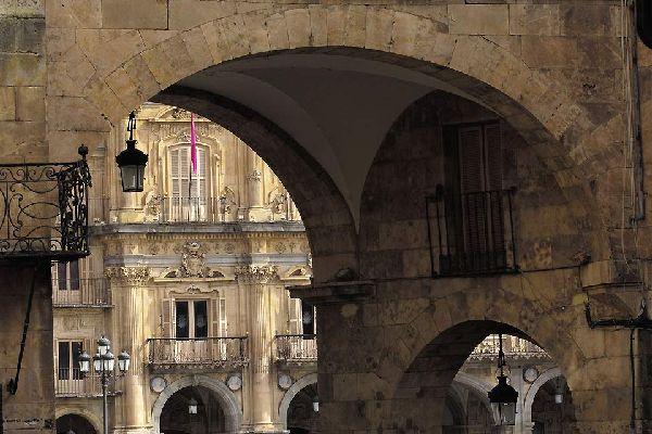 La plaza fue construida en el siglo XVIII por Felipe V de España para agradecerle a la ciudad su fidelidad durante la guerra de sucesión del país.