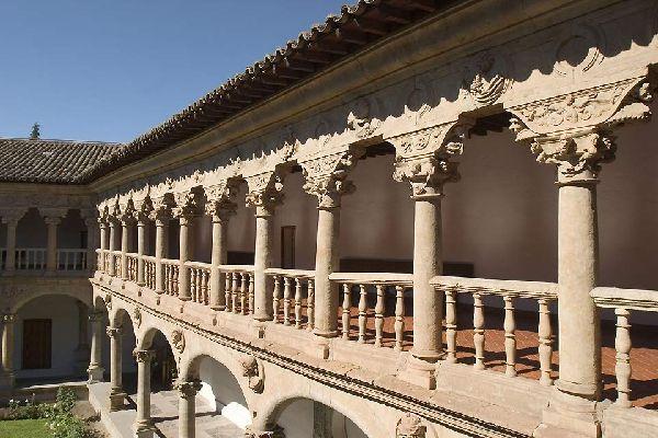 Este convento fundado en 1419 está organizado alrededor de un magnífico claustro.