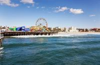 Santa Monica demeure l'un des lieux les plus connus de Los Angeles, avec Hollywood et Berverly Hills. Là encore, il s'agit d'une ville indépendante, mondialement célèbre pour sa plage, en grande partie grâce aux films et aux téléfilms qui l'ont immortalisée et fait connaître au public européen.       Mais en plus de sa plage et de ses hautes vagues qui font la joie des surfeurs, Santa Monica est réputée ...