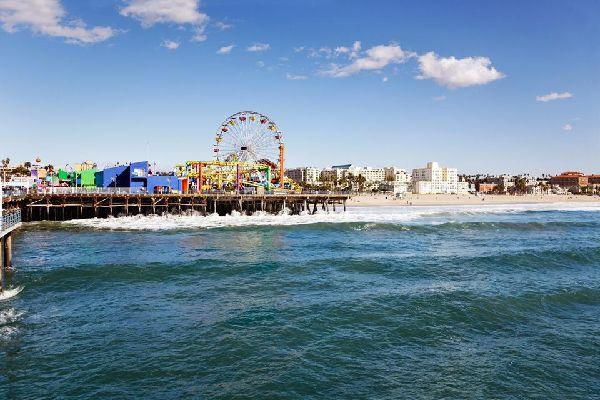 Santa Monica gehört neben Hollywood und Beverly Hills ebenfalls zu den bekanntesten Ortschaften von Los Angeles. Auch hier handelt es sich wieder um eine autonome Stadt, die auf der ganzen Welt für ihren Strand bekannt ist, vor allem dank zahlreicher Filme und Fernsehserien, die der Stadt beim europäischen Publikum zu besonderer Bekanntheit verholfen haben.       Aber neben dem Strand mit dem bekannten ...