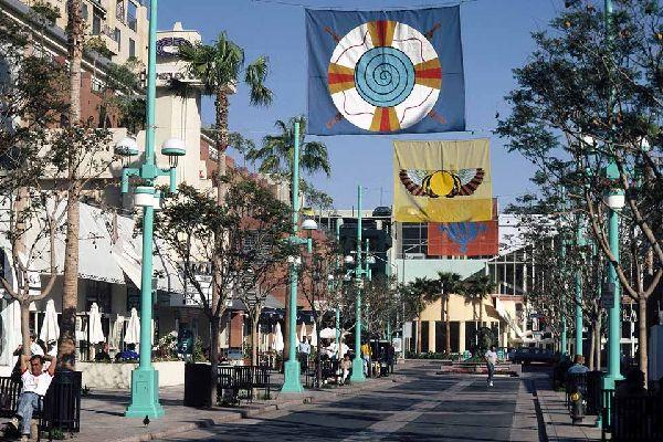 A Santa Monica non è raro trovare zone chiuse al traffico dove è possibile fare lunghe  passeggiate.