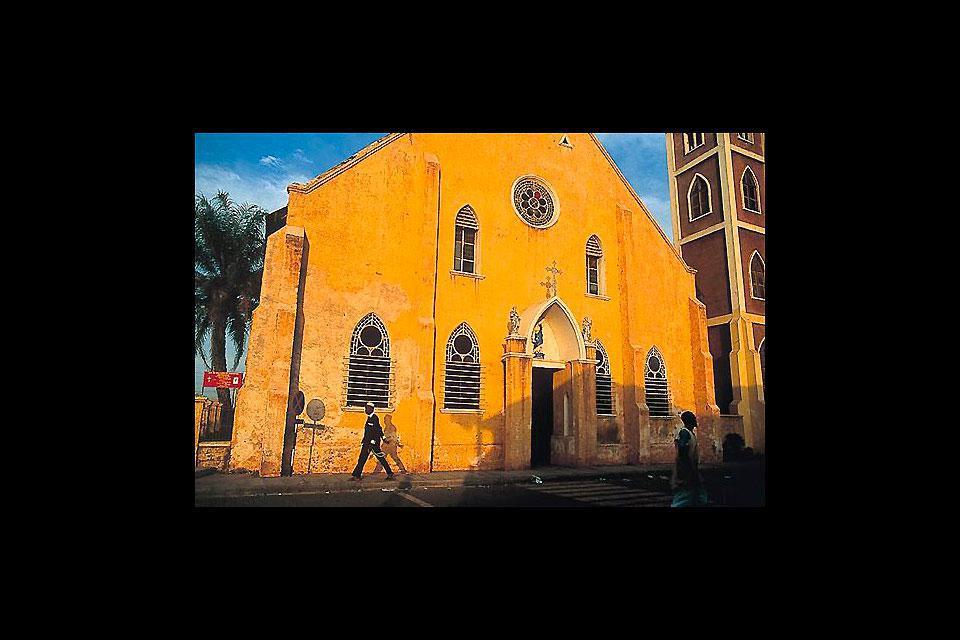 Banjul est la capitale de la Gambie et est située sur la côte, à l'embouchure du fleuve.
