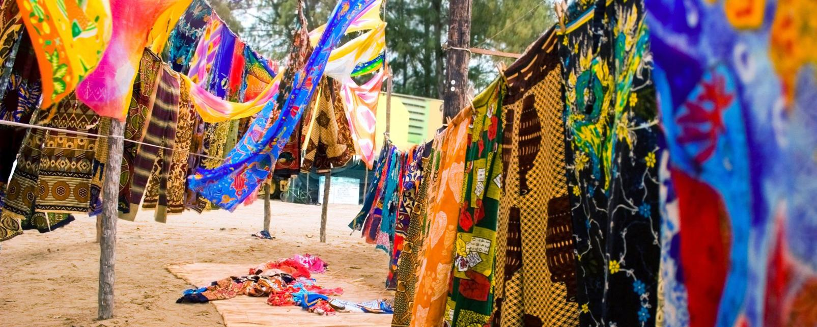 Afrique; Burundi; Bujumbura; marché; arbre; sarong; coloré;