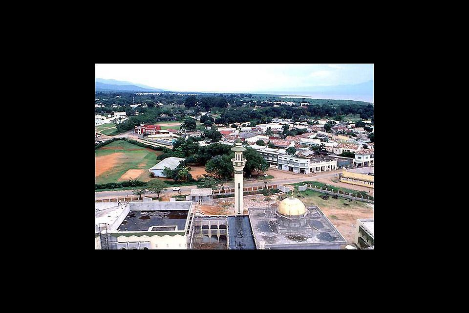 Bujumbura est la capitale du Burundi, située à l'Ouest du pays. C'est une ville assez verdoyante, avec très peu de hautes constructions.