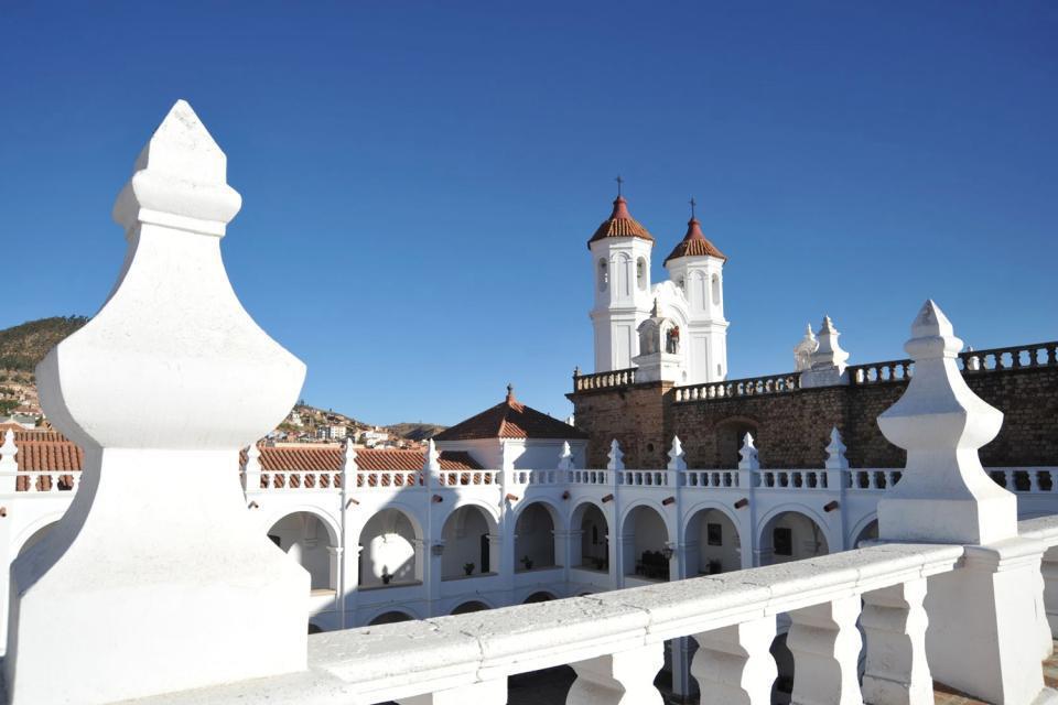 Anch'essa classificata come patrimonio mondiale, Sucre (2.300m) ha conservato intatta l'architettura coloniale. E' una città affascinante in cui il bianco dei fabbricati è onnipresente. E' una città di musei e d'arte, ideale per riposarsi. Il tesoro della cattedrale, la Virgen de Guadalupe, disegnata su una placca d'oro con una cornice d'argento, è l'opera maggiore da non perdere. Una volta all'anno, ...