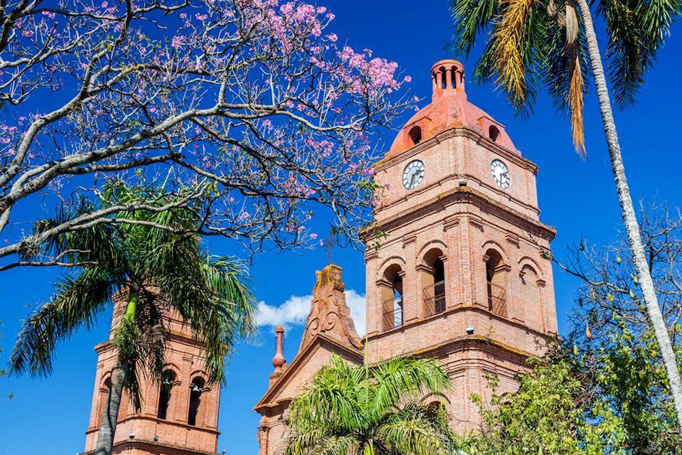 Santa Cruz, la capitale de l'Oriente, fondée au XVIème siècle, est devenue une ville moderne, bien moins intéressante architecturalement, que les trois autres villes importantes du pays. Mais c'est une étape obligée, pour partir en excursion, vers les parcs amazoniens. De plus, les vols internationaux arrivent le plus souvent ici, ce qui permet de pouvoir s'habituer progressivement à l'altitude....