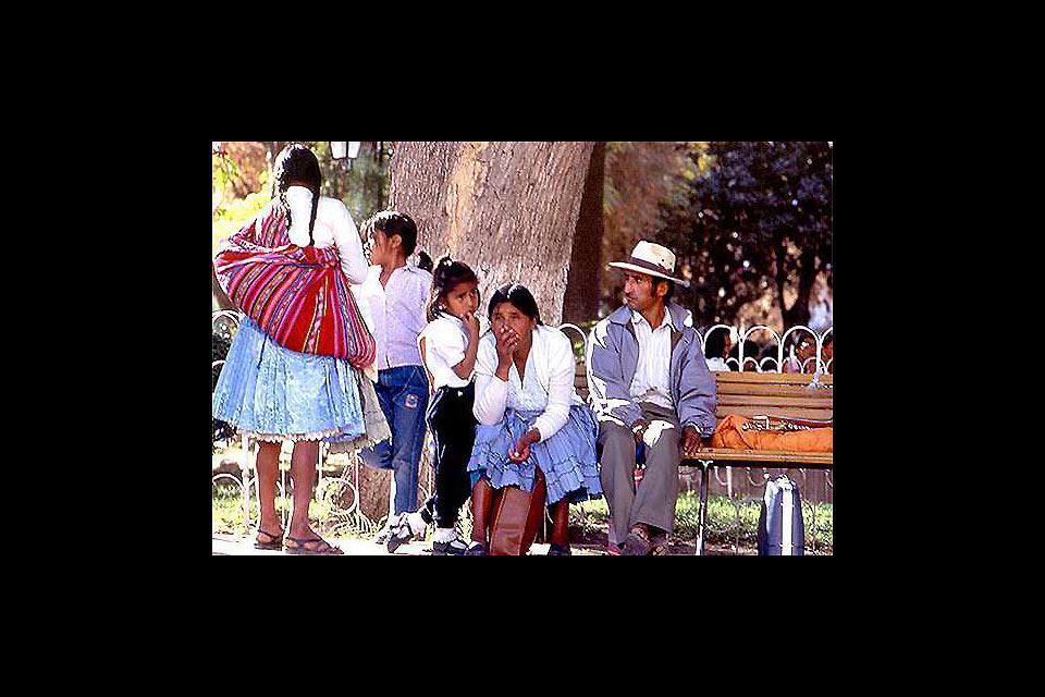 Una famiglia si riposa su una panchina a Santa Cruz. Con una popolazione di 1'600'000 abitanti, Santa Cruz è la città più popolata della Bolivia.