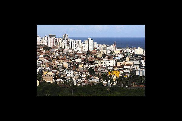 Une ville de contrastes entre favelas et gratte-ciel modernes.