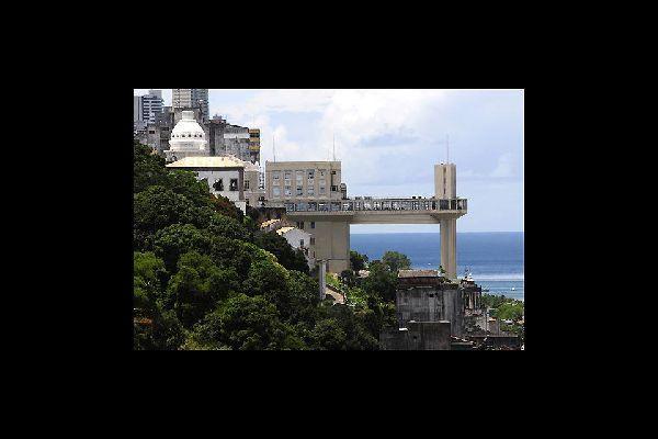 Symbole de la ville, l'ascenseur Lacerda fut inauguré en 1930. Au sommet, on jouit d'un superbe panorama sur la baie de tous les Saints.