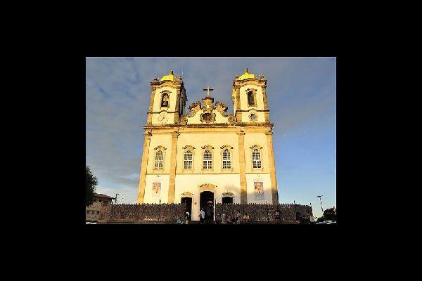 L'église N-S do Bonfim fait partie des hauts lieux de dévotion du Brésil, avec ses fameux bracelets porte-bonheur de toutes les couleurs.