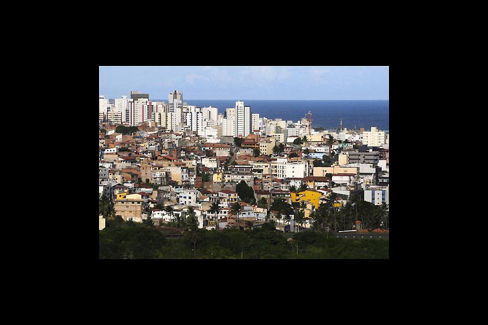Una città di contrasti tra favelas e grattacieli moderni.