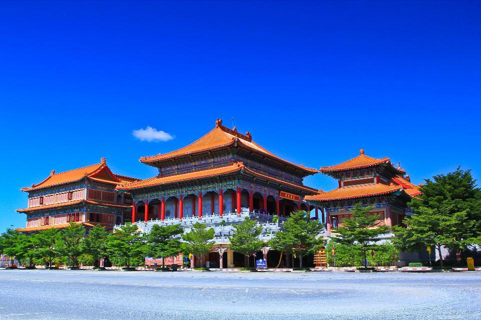 Chaque jour, des touristes se pressent par milliers pour visiter la Cité interdite, ce lieu-symbole de la Chine éternelle, mais que l'on se rassure, ces touristes sont chinois à 99 % ! Cité édifiée à partir du XIVe siècle, c'est un dédale ahurissant de palais (9 000 pièces !) et pagodons couverts de tuiles jaunes, (le jaune étant la couleur exclusive de l'empereur). Le souvenir du ''Dernier empereur'', ...