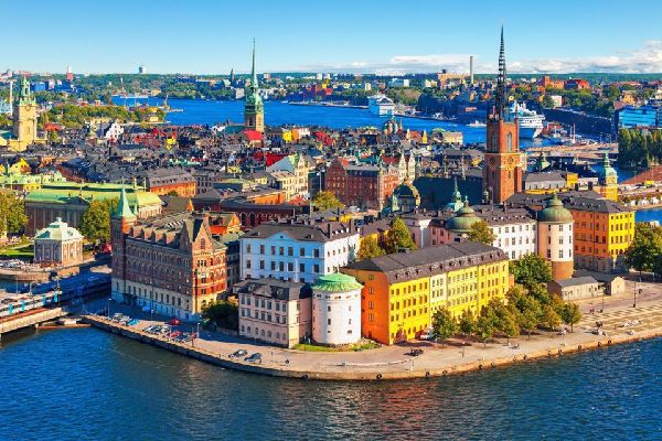 Estocolmo, la capital, también es la ciudad más bonita del país. Construida sobre 14islas en confluencia con el mar Báltico y el lago Mälaren, ha sido denominada la