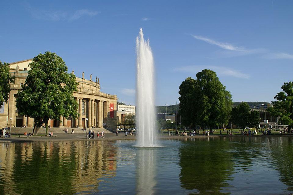 La place du château (Schlossplatz) est l'une des attractions touristiques de Stuttgart.