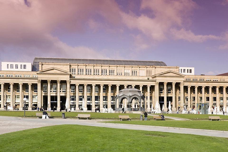 La piazza del castello, con i suoi edifici spettacolari, si trova nel centro della città.