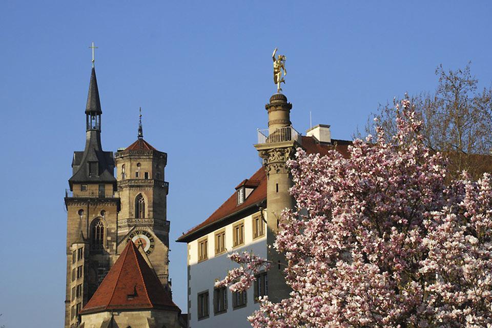 Il est agréable de visiter la ville au printemps.