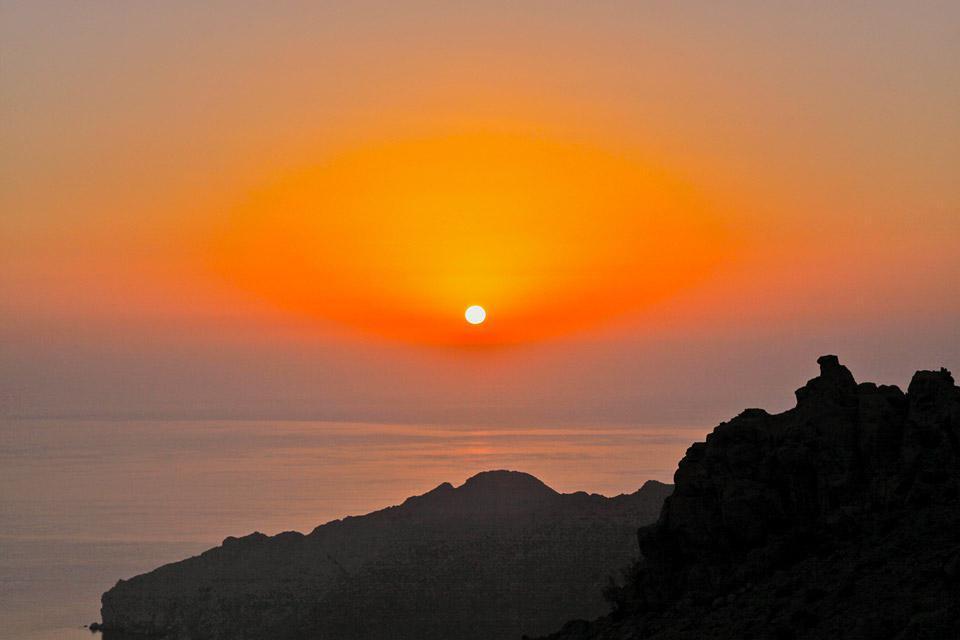 Sur no parece albergar 60.000habitantes. Es la cuarta ciudad del país, después de Mascate, Salalah y Nizwa, fue construida al borde de la laguna formada por  el estuario de wadi Fulayi. El suelo arenoso de color ocre es llano hasta unos  veinte kilómetros a la redonda. En el horizonte, cubiertas durante el día  por brumas de calor, se alzan las montañas del Hajar Ash Sharqi. Éstas culminan a ...