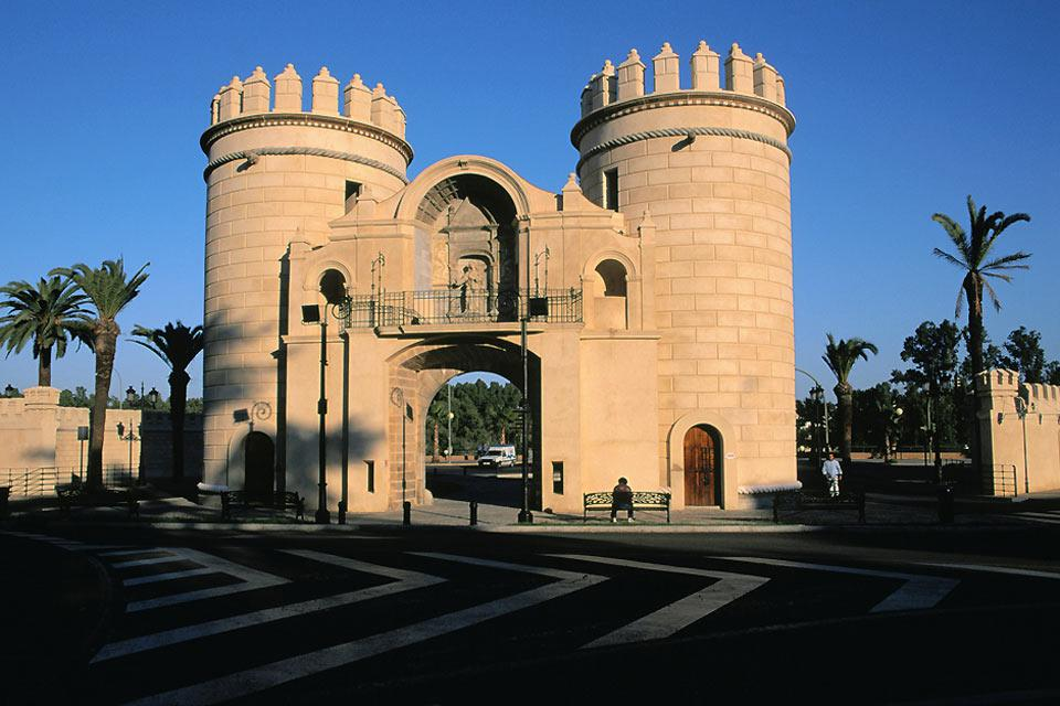 """L'Alcázar, monumento risalente al XV secolo, domina la città di Zafra, soprannominata """"la Piccola Siviglia""""."""