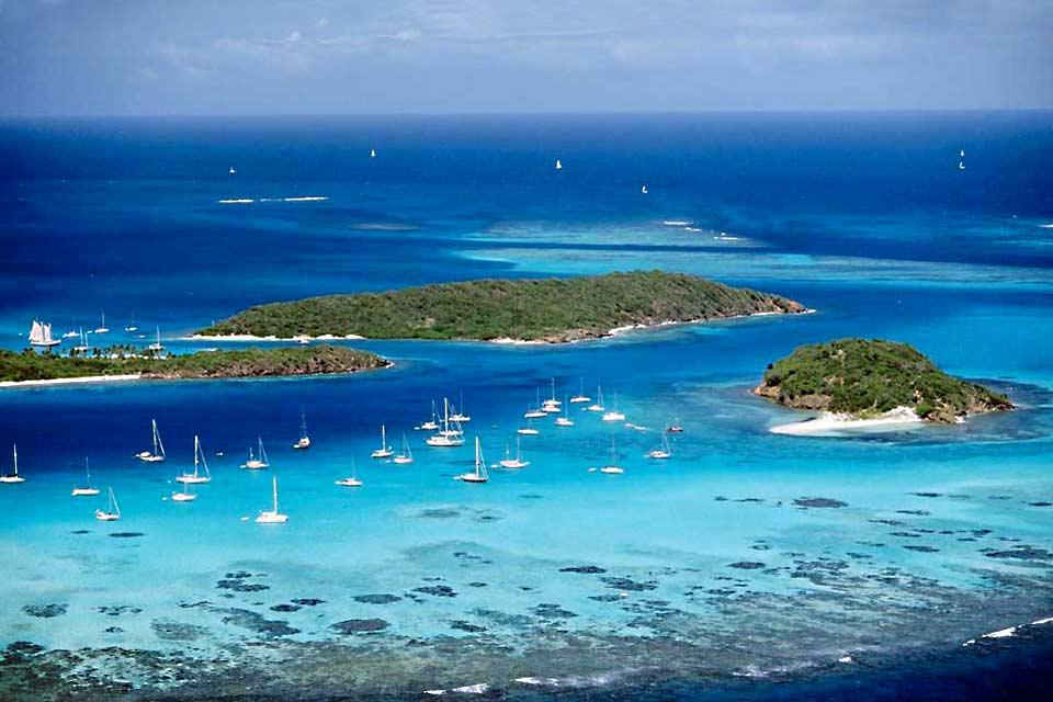 Les habitants l'appellent 'main island', l'île principale. Saint-Vincent est nettement moins touristique que les Grenadines qui correspondent plus au standard de la Caraïbe de carte postale. Mais ses plages de sable noir (presque partout) ou blanc dans le sud-ouest, sa jungle, son massif volcanique et son ambiance caraïbe authentique en font vraiment une belle destination.  La majorité des hôtels ...