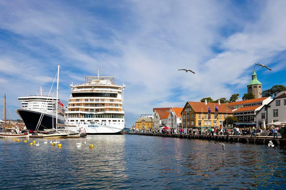 Stavanger ist die viertgrößte Stadt Norwegens und lebt vom Meer und vom Erdöl. Aber in Stavanger beginnt auch die Region der Fjorde. Der 42 km lange Lysefjord, ein unumgänglicher Naturort Norwegens bietet eine großzügige Natur, seegrünes Wasser, Berge, üppige Vegetation? Die Stadt hat ebenfalls ihren Charme von damals beibehalten, die Lagerhäuser, die Holzhäuser und die Kathedrale sind die wichtigsten ...