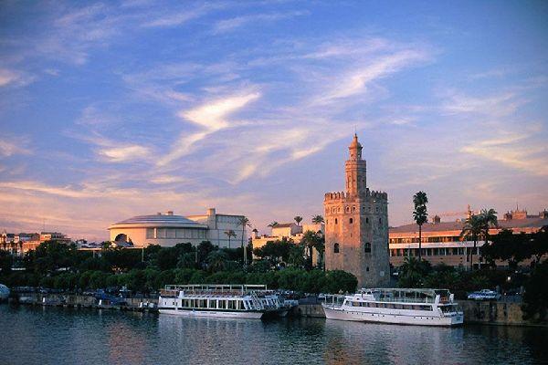 La Torre d'Oro e il fiume Guadalquivir come sfondo.
