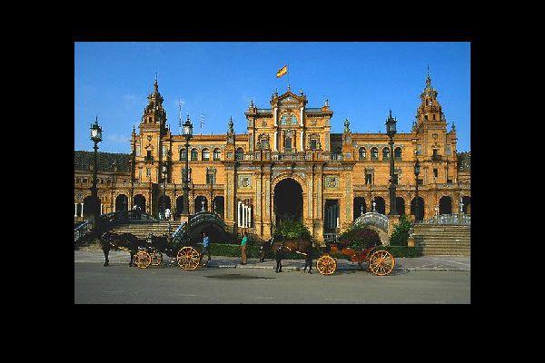 La forma semicircolare della piazza simboleggia la morsa della Spagna sulle sue ex colonie.