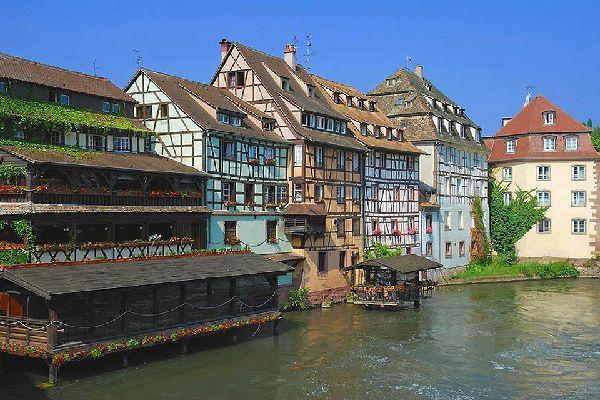 L'architettura della citta è molto interessante in quanto bilaterale. Si possono osservare delle case a graticcio, in contrasto con alcuni monumenti in stile Art Nouveau.
