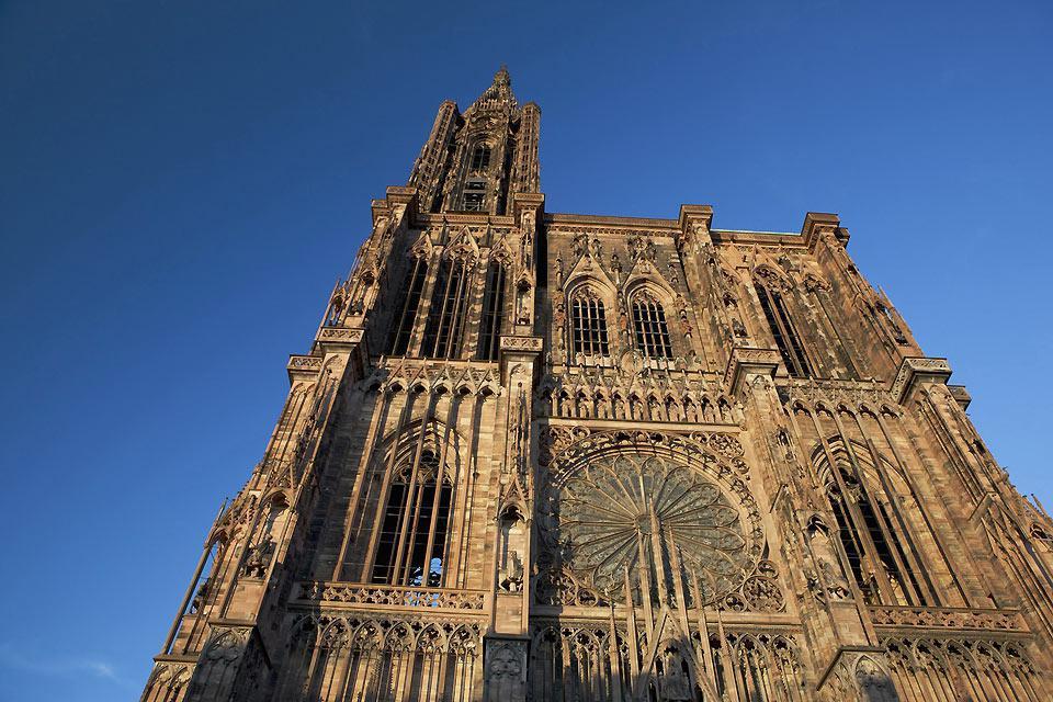 Notre Dame de Strasbourg est une cathédrale catholique romaine, à forte influence gothique. On peut y admirer l'horloge astronomique qui date de la Renaissance.