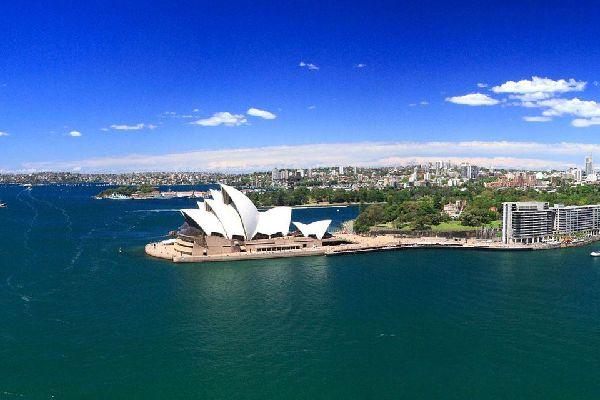 """Es gibt mehr in Sydney zu entdecken als den Bondi Beach und das Opernhaus. 94 Prozent der vier Millionen Einwohner Sydneys sind europäischer Abstammung. Grund genug, sich auch gleich zu Hause zu fühlen.  Schon der Anflug auf die bezaubernde Kulisse mit der sonnigen Skyline und den vielen blauen Hafenbuchten lässt einen unruhig auf dem Sitz hin- und herrutschen. Sydney und seine """"Sydneysider"""", wie ..."""