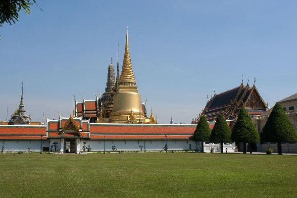 Este templo alberga la estatua del buda de esmeralda, venerado por todos, pese a que mide 75 cm.
