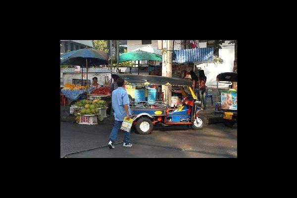 Todos los comerciantes del país vienen a proveerse aquí, donde los precios son mucho más bajos que en los demás sitios.