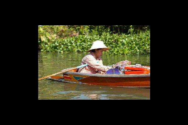 I mercati galleggianti che si susseguono sul Chao Phraya a Bangkok tendono a scomparire in città.