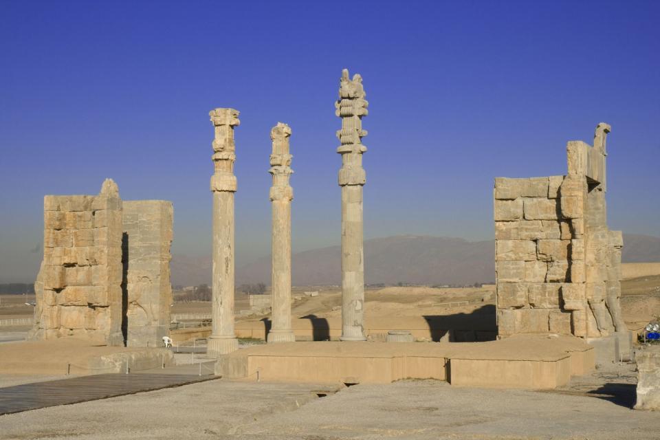 En la provincia de Fars está Shiraz, un oasis en el desierto, capital del arte de vivir y la de los poetas Saadi y Hafez. Esta ciudad, fundada por los aqueménidas, es hoy un centro administrativo. La mezquita de Regent se caracteriza por sus azulejos rosas y verdes, representativos de la escuela de la ciudad. Cuarenta y ocho pilares esculpidos sostienen la sala del mehrab (el lugar más sagrado) que ...