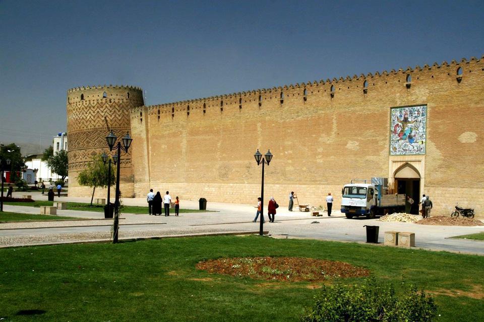 Cette forteresse à l'aspect médiéval combine les styles architecturaux résidentiel et défensif.
