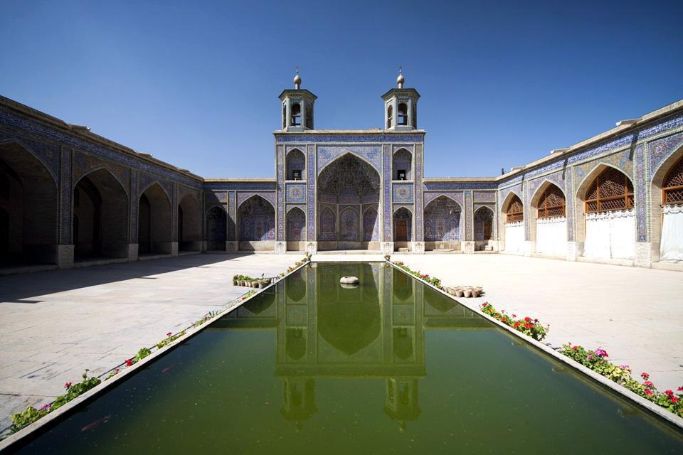 Cette mosquée est particulièrement belle du fait de l'abondante présence de verre coloré.