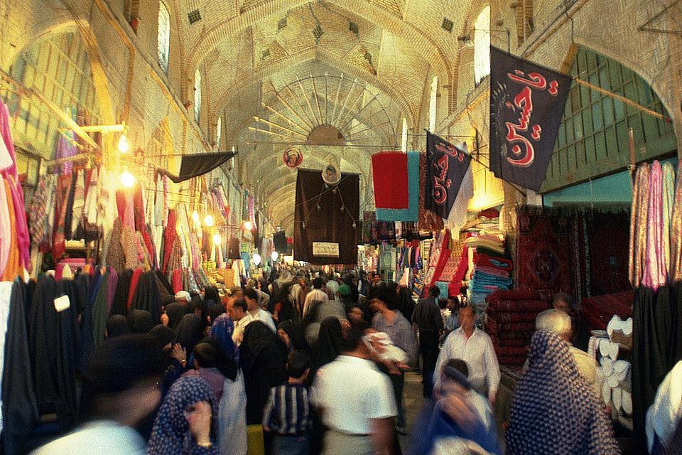 Shiraz se sitúa a 1491 metros de altura, en un valle fértil de clima suave. Esta antigua capital gozó de gran importancia en el pasado. Aún conserva un gran número de sus edificios más hermosos.