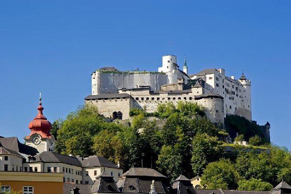 Die Festung Hohensalzburg auf dem Mönchsberg ragt über der Stadt.