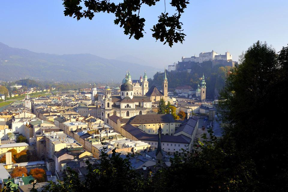 Musikliebhaber werden wohl einen Abstecher nach Salzburg machen, die Geburtsstadt Mozarts. Die Glockentürme, Kirchen und Kathedralen der Stadt, die man auch das ?Rom des Nordens? nennt, sind umgeben von Bergen. Um einen guten Überblick über die Stadt zu bekommen, sollten Sie die Festung Hohensalzburg besteigen, ein üppig dekoriertes mittelalterliches Schloss. In der Stadt sollten Sie die Getreidegasse ...