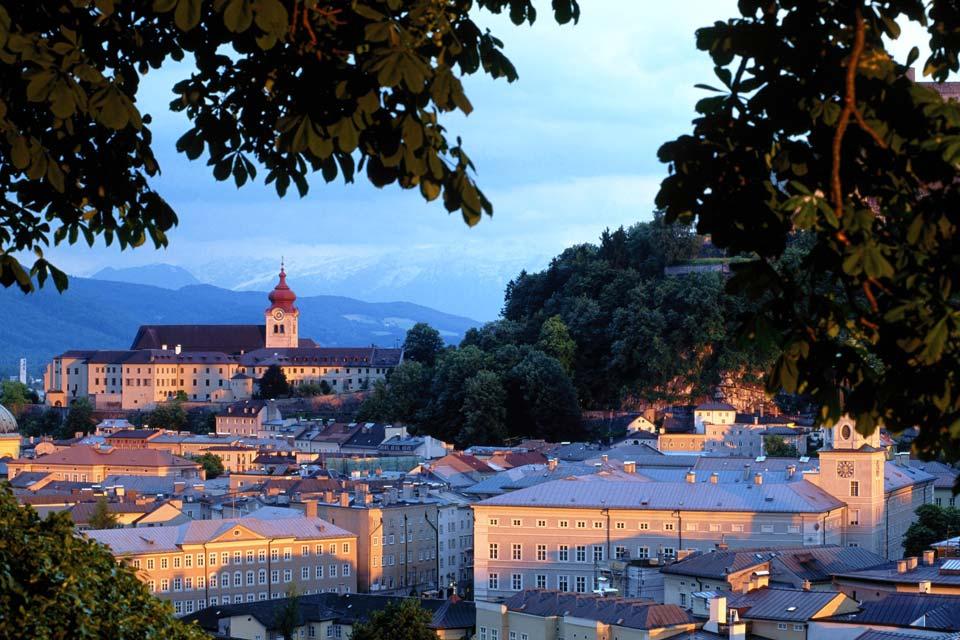 Die Geburtsstadt von Mozart. Die Glockentürme der Kirchen dieser Stadt, die man auch das ?Rom des Nordens? nennt, befinden sich inmitten einer Gebirgslandschaft.