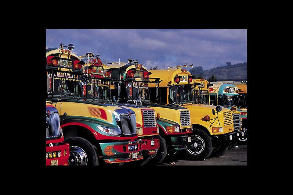 Anche i bus non fanno eccezione: niente a San Cristobal può essere in bianco e nero.