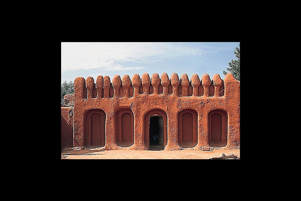 Ségou, nel sud del paese, è conosciuta per le sue costruzioni in fango essiccato, dal suggestivo color ocra scura.