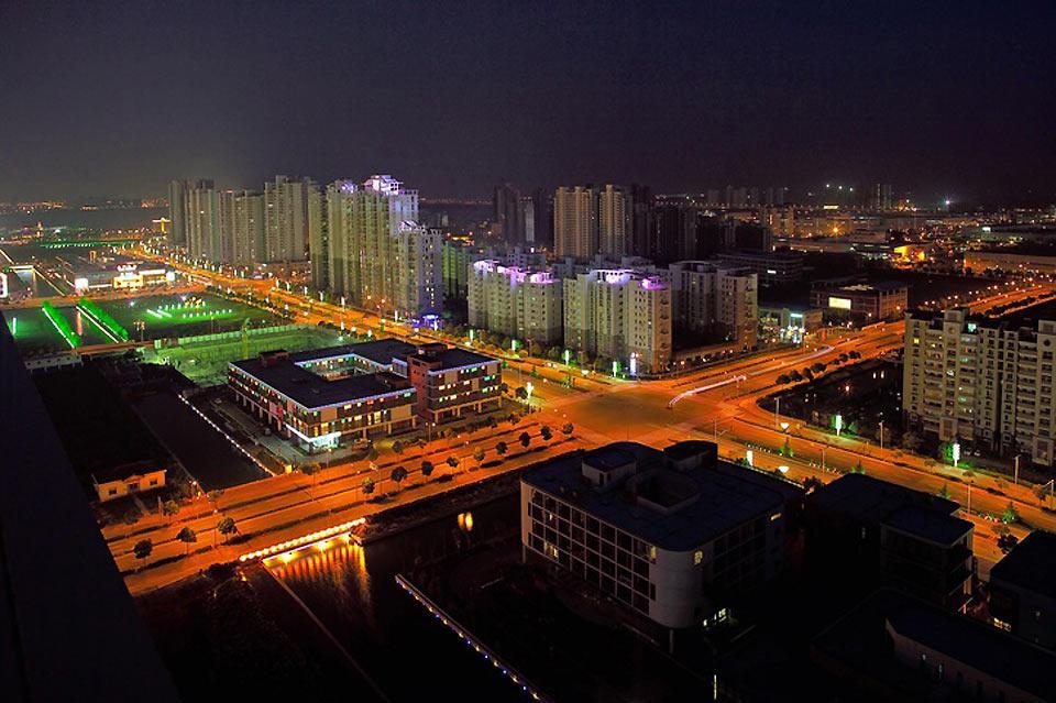 Die Stadt Suzhou ist in der Nacht hell beleuchtet.