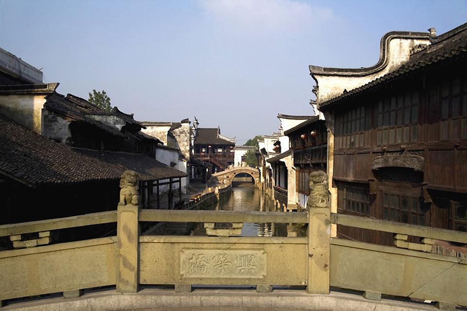 Die Stadt Suzhou war die ehemalige Hauptstadt unter der Wu-Dynastie und ist für ihre Gärten und Flussbauten bekannt.