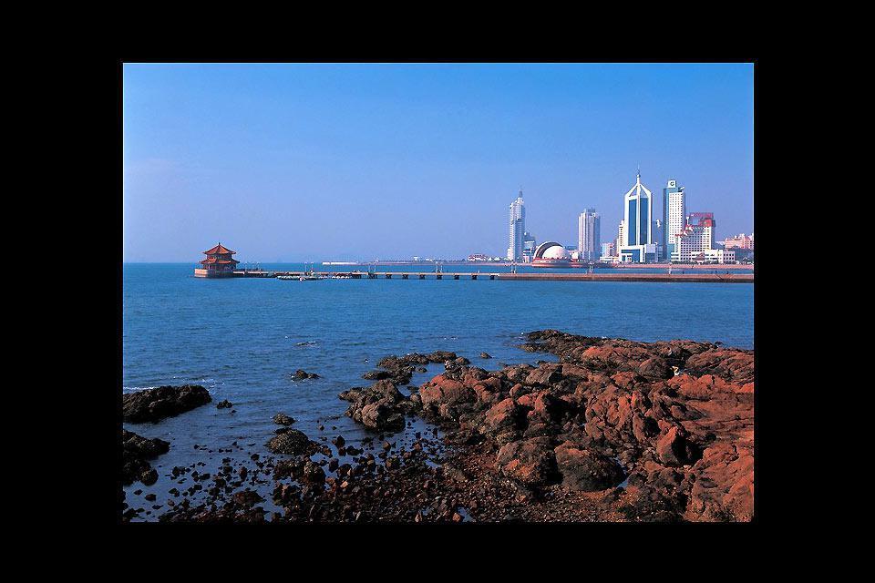 Les touristes amateurs de fruits de mer à Qingdao profitent de leur séjour pour déguster les fruits de mer typiques de la région.