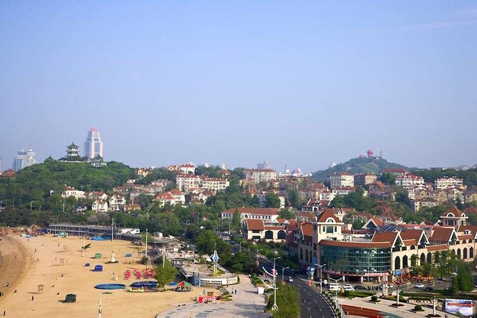 """La ville est surnommée """"la petite Suisse orientale"""" en raison de son climat doux et de ses constructions de style européen."""